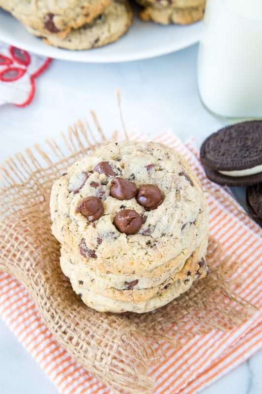Oreo pudding cookies with chocolate chips and cookies n' cream candy