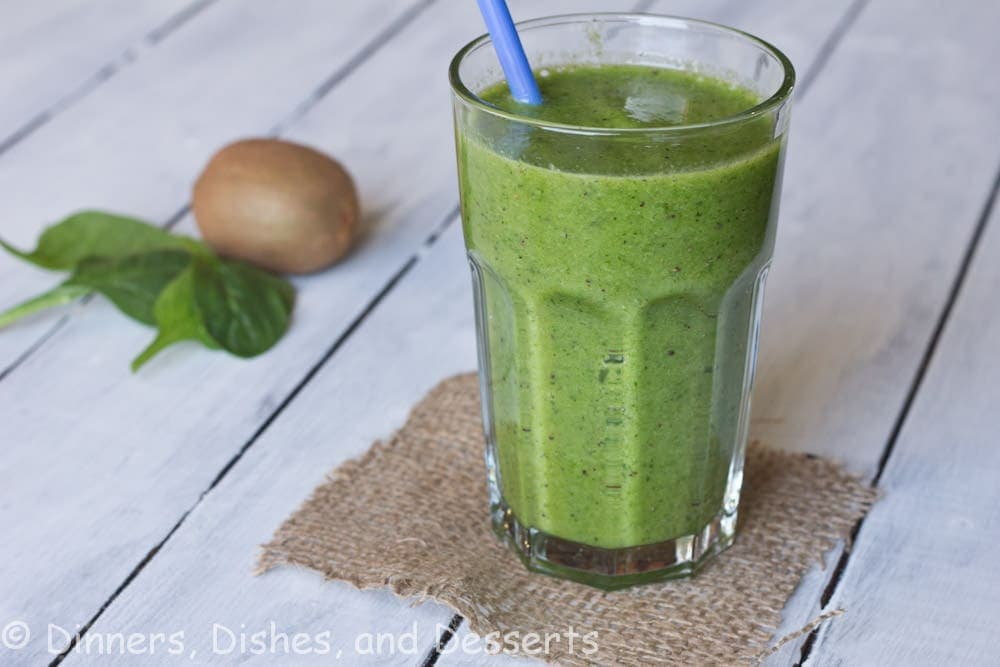kiwi and spincah smoothie in a cup